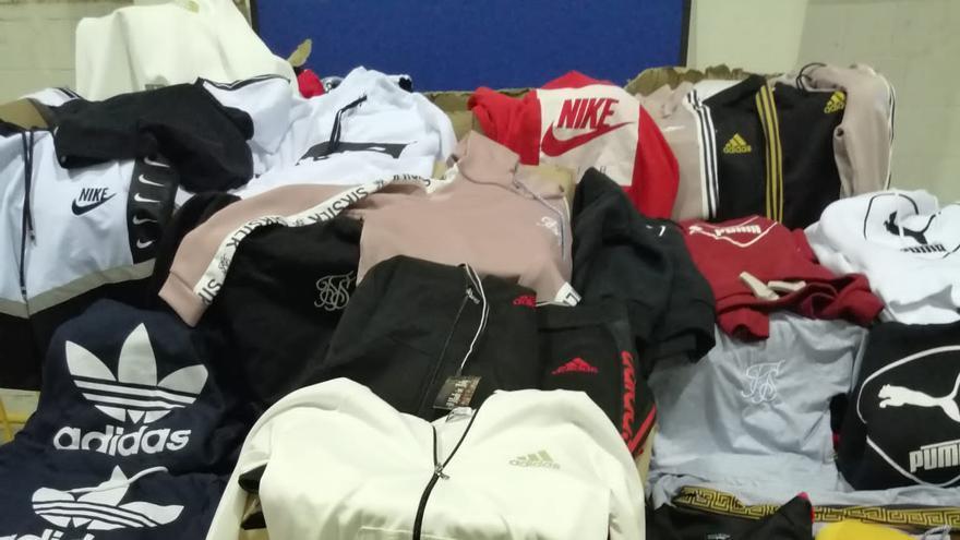 La Policía Local confisca ropa de deporte falsa en una tienda de València