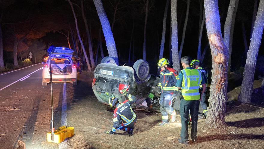 Los bomberos tienen que sacar a un hombre de su vehículo en Formentera