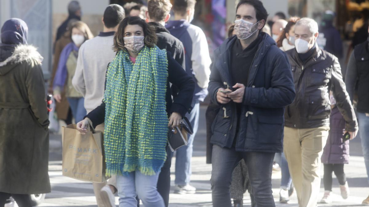 Transeúntes caminan por València con mascarilla en una imagen de archivo