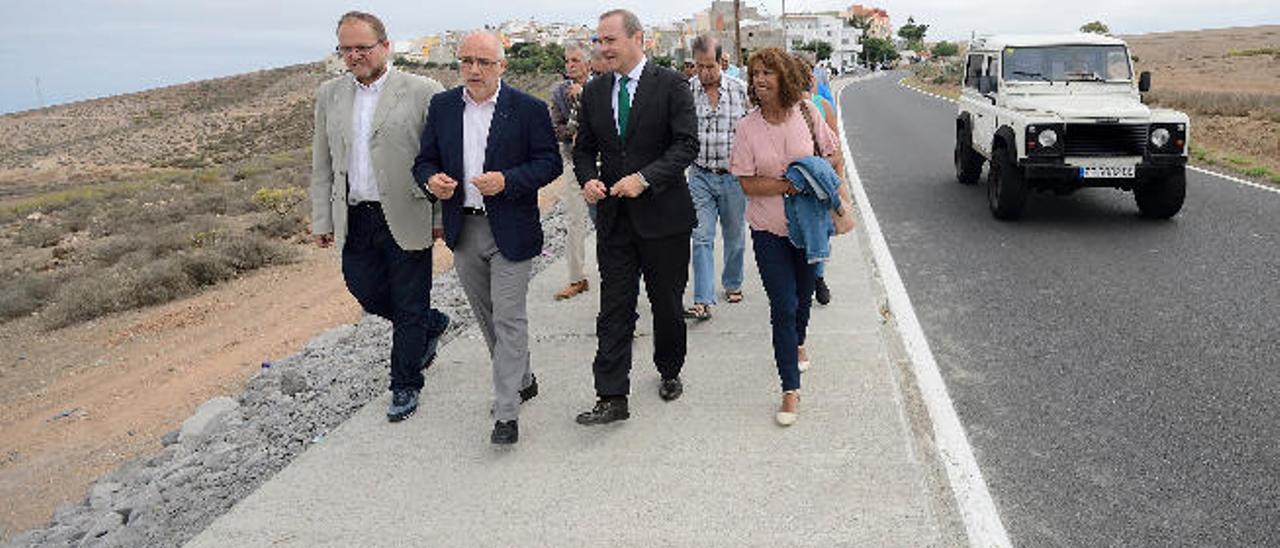 El presidente del Cabildo, Antonio Morales, segundo por la izquierda, y el alcalde de Las Palmas de Gran Canaria, Augusto Hidalgo, tercero, en una visita a una obra de Los Giles.