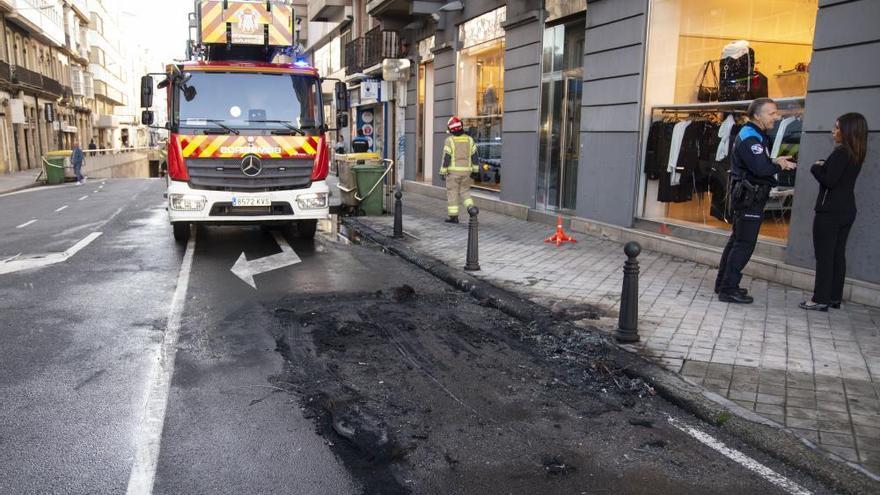 Un coche arde en la plaza de Pontevedra
