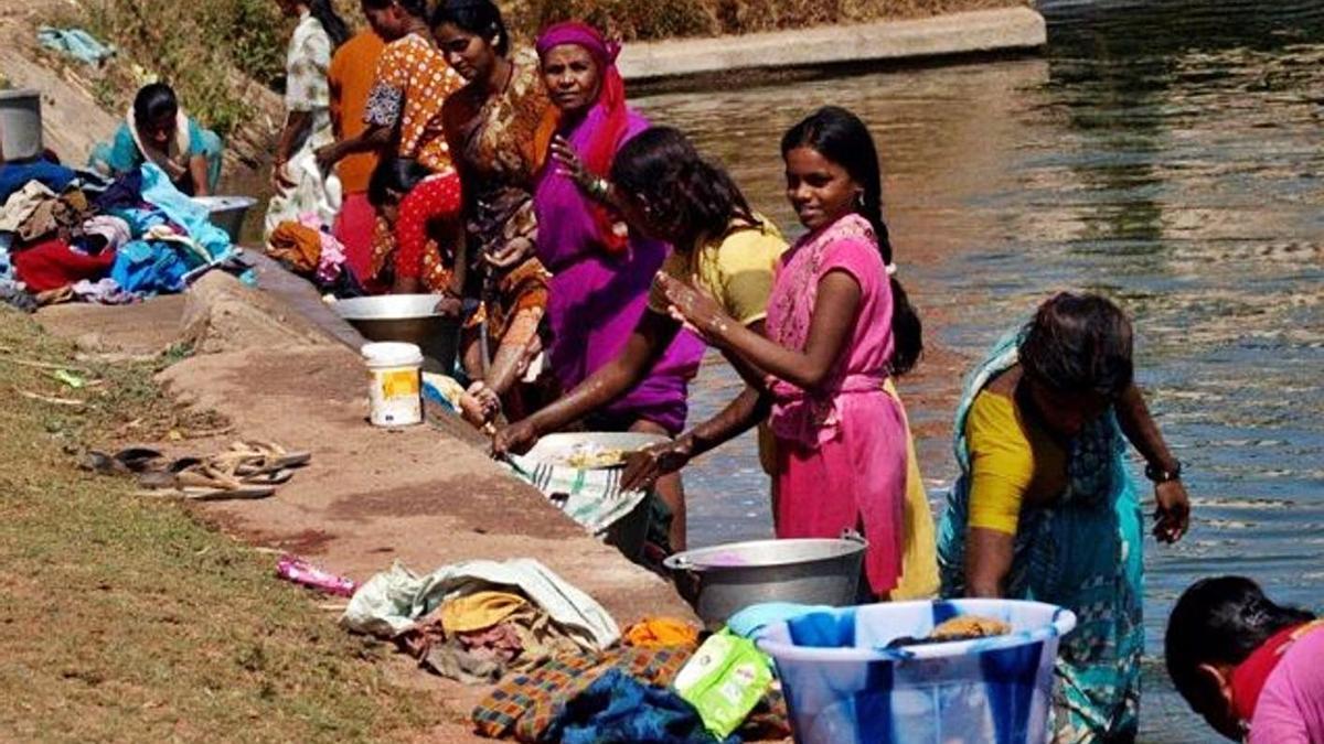 Una de les imatges de l'exposició «24 hores en la vida d'una dona a l'Índia». | J.CUADRADRO/MANS UNIDES