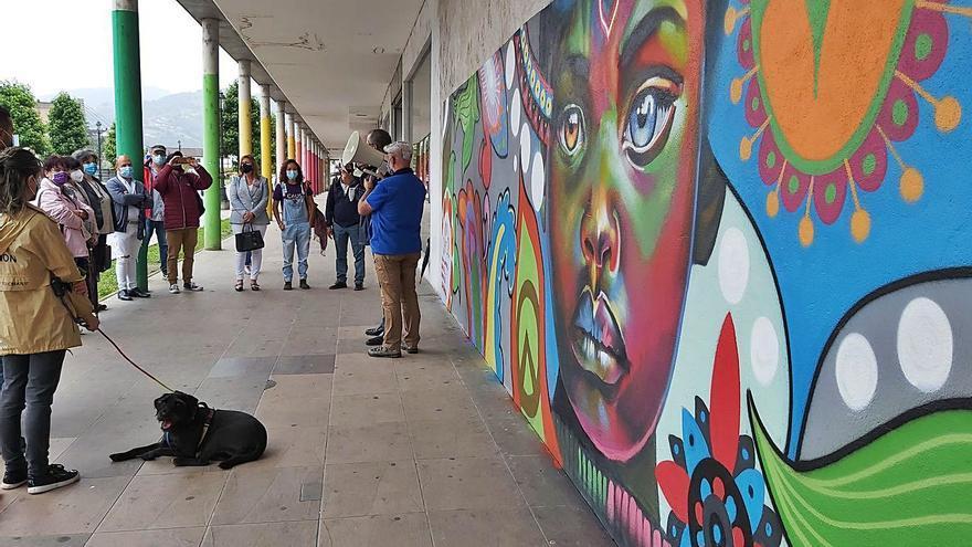 Langreo inaugura un mural para conmemorar el Día del Refugiado