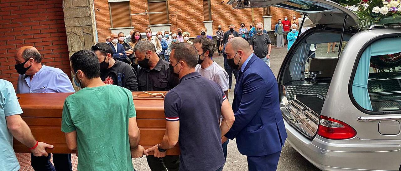 Amigos y familiares de José Antonio Calzón introducen el féretro en la iglesia de San Pedro. | Vivas