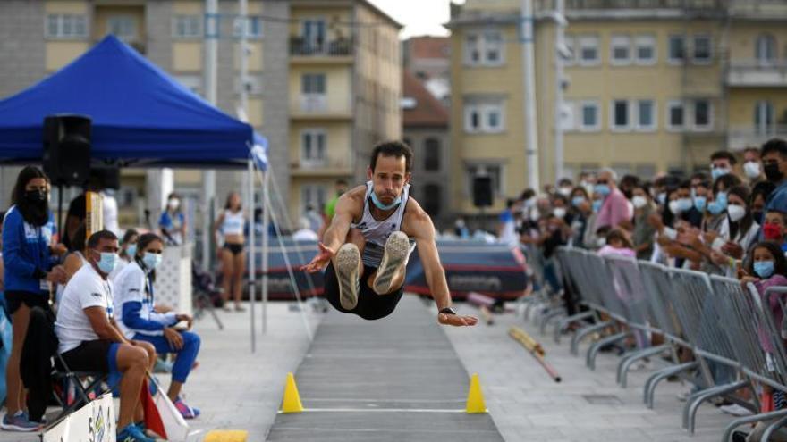 El atletismo sale a la calle y se exhibe en el puente de O Burgo