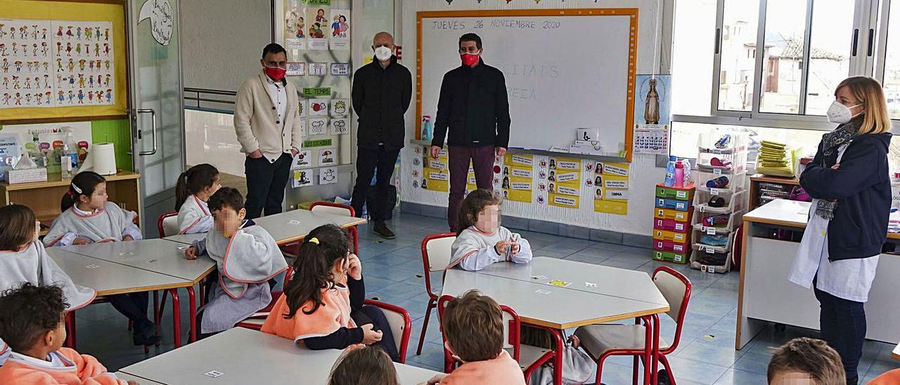 Rodríguez y Gramaje, en la visita a una aula de infantil con niños con la «mantaescola», ayer.   LEVANTE-EMV