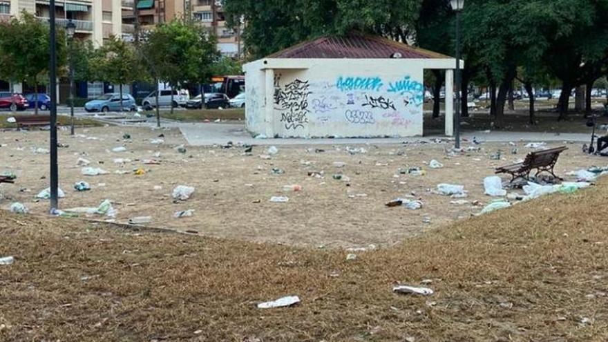 Así queda la zona de Honduras tras una nueva noche de botellón en València