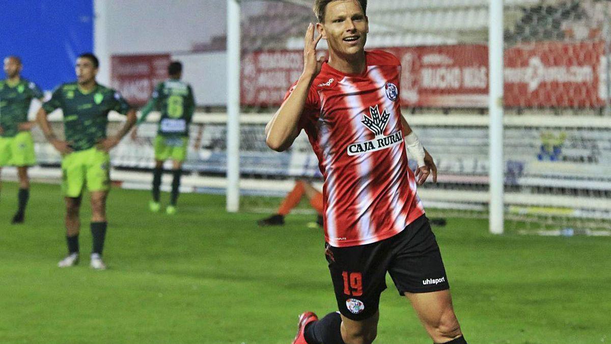 Un jugador del Zamora celebra uno de los goles de su equipo ante el Guijuelo.