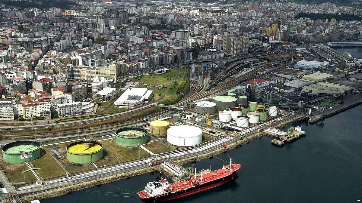 Vista aérea del muelle petrolero, donde el estudio de la Universidade da Coruña plantea edificios de cuatro plantas. |   // JUAN VARELA