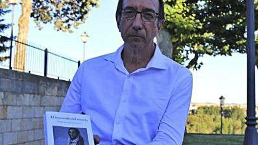 Tomás Sánchez Santiago con el nuevo volumen.