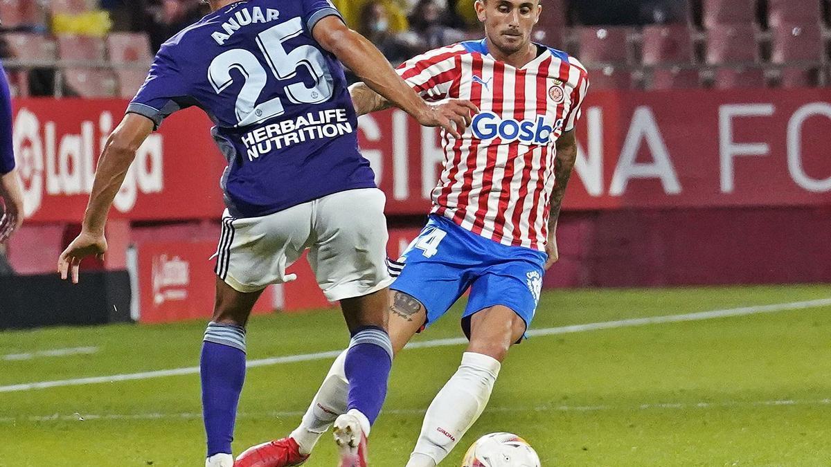 Aleix García, en una acció amb Anuar al partit contra el Valladolid