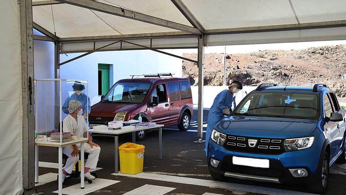 Personal sanitario en el Covid-Auto instalado en el Recinto Ferial de Arrecife.