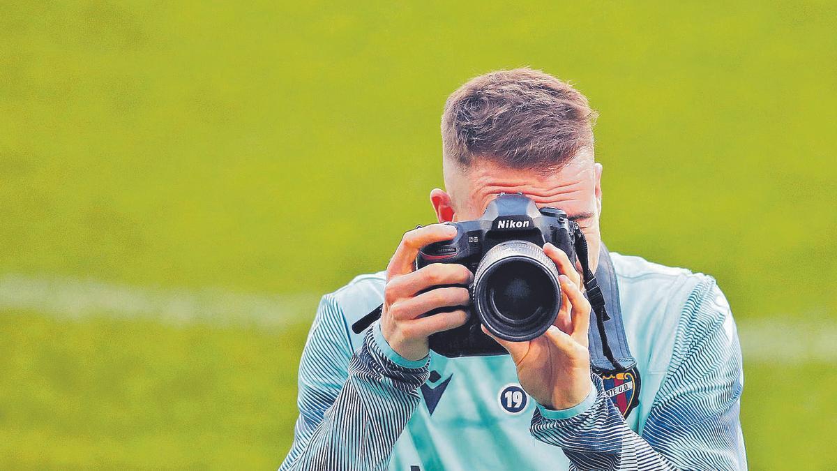 Carlos Clerc fija el objetivo de la cámara que le cogió prestada a un fotógrafo durante un entrenamiento.  | F. CALABUIG