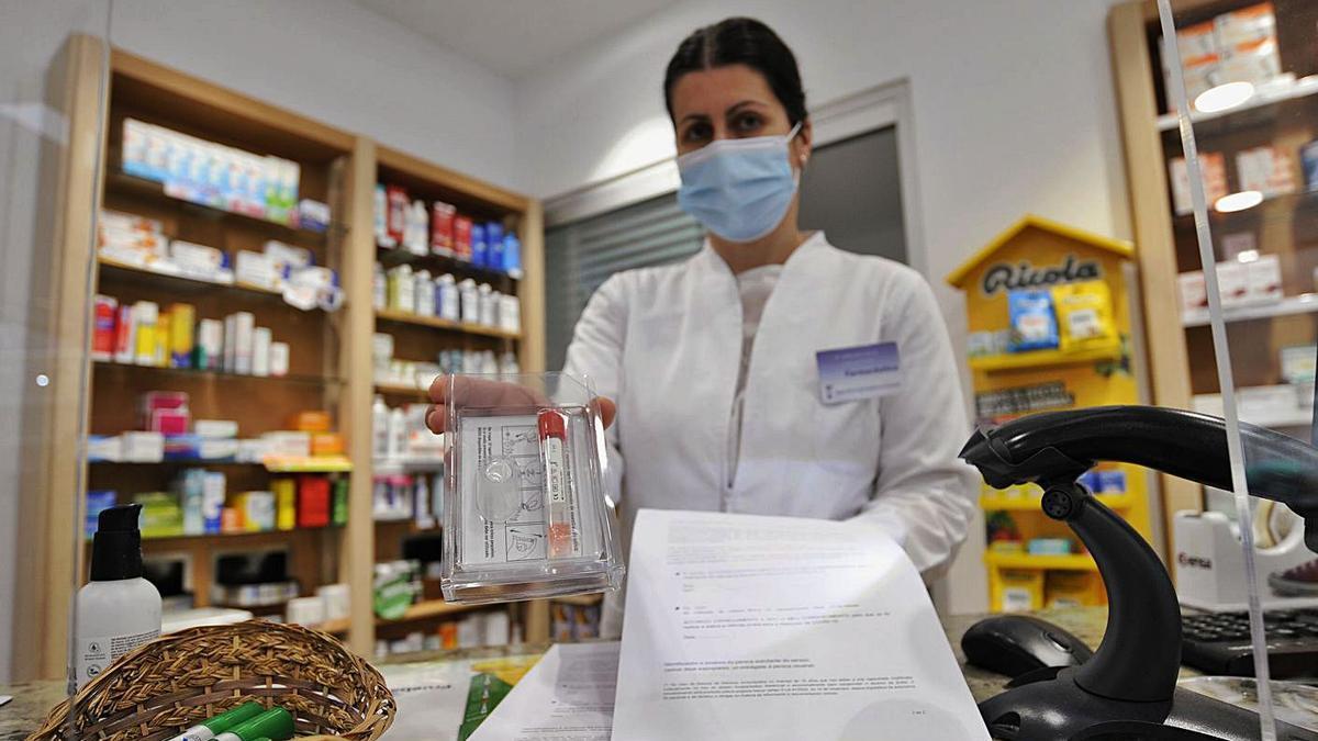 Una farmacia de A Estrada que recibió, en la tarde de ayer, el material.  | // BERNABÉ/JAVIER LALÍN