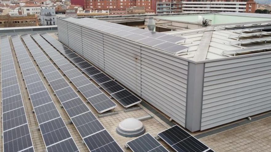 UManresa aposta per les energies renovables i instal·la plaques solars a la teulada de l'edifici principal