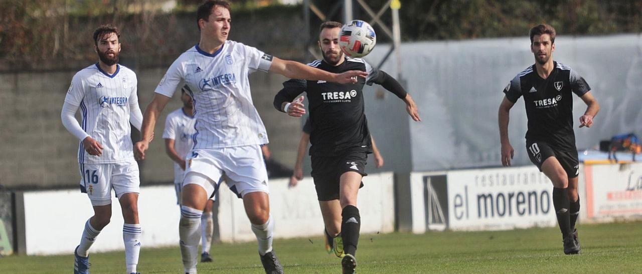 Ugarte se dispone a despejar un balón bajo la presión de varios atacantes del Lealtad. | Miki López