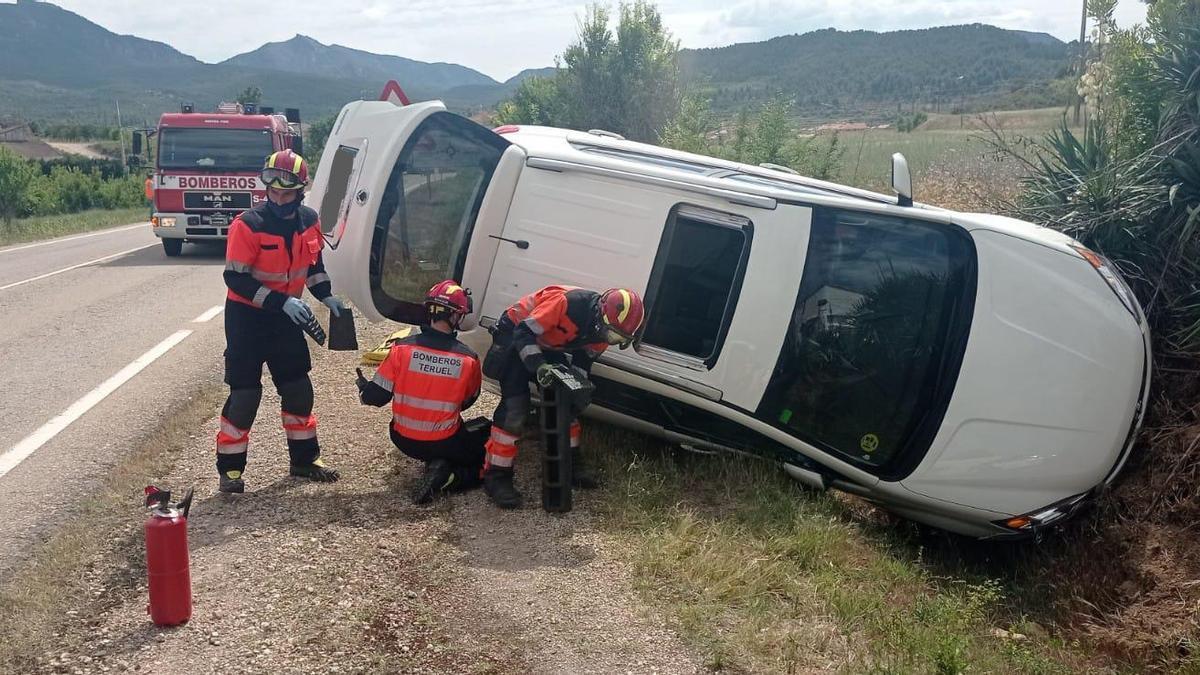 Los bomberos, poco después de llegar al lugar del accidente.