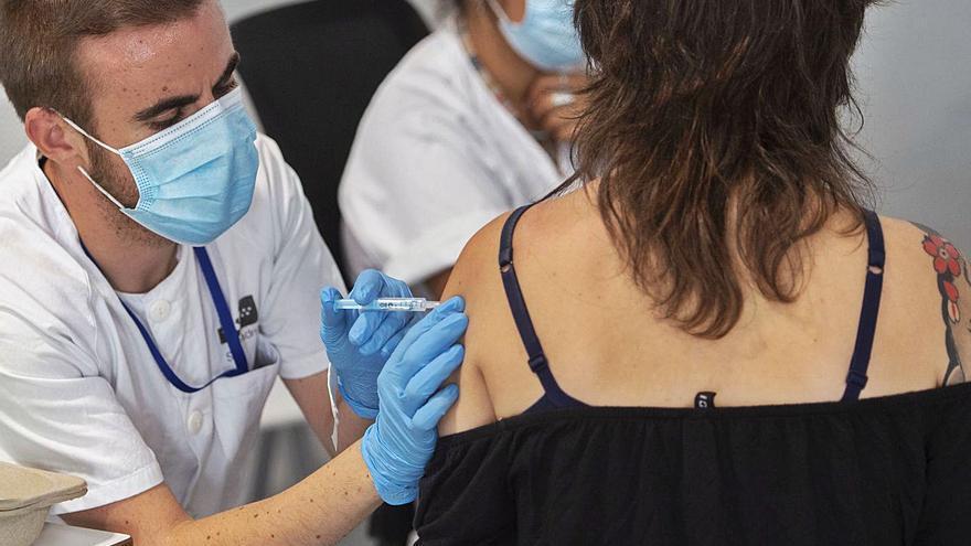 El 'peaje' de las mujeres en la vacunación COVID