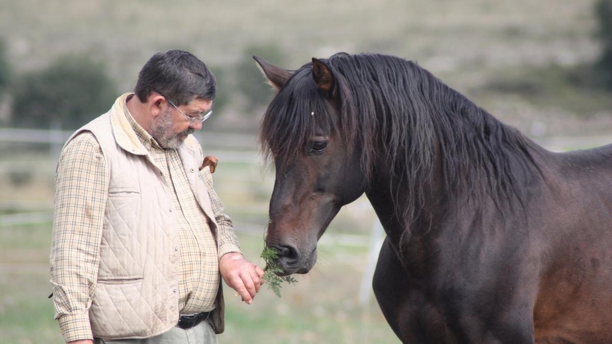 Marcelino González Alfaro, junto a uno de sus ejemplares.