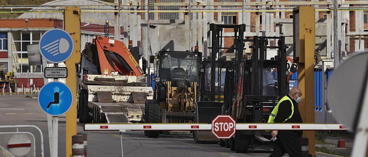 Máquinas paradas hace días en uno de los viales interiores de la fábrica de aluminio.