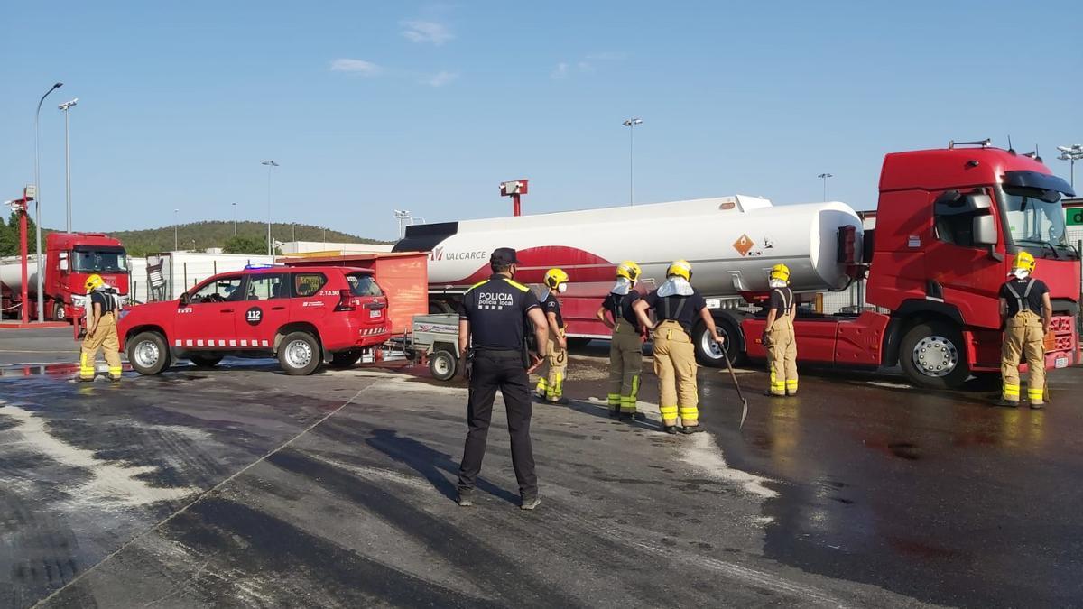 Els Bombers, amb el suport dels equips d'emergències, han contingut el vessament (uns 6.000 litres de gasoil) amb sorra i han aturat la fuita de dipòsit