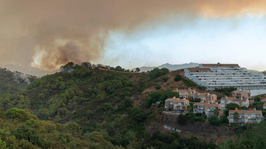 Muere un bombero en el incendio de Málaga