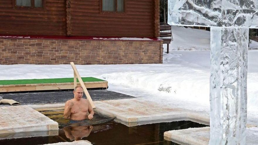 Putin es banya a 20 sota zero per l'Epifania ortodoxa