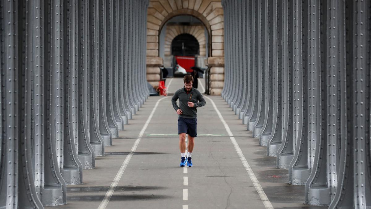Un hombre corre en el centro de París