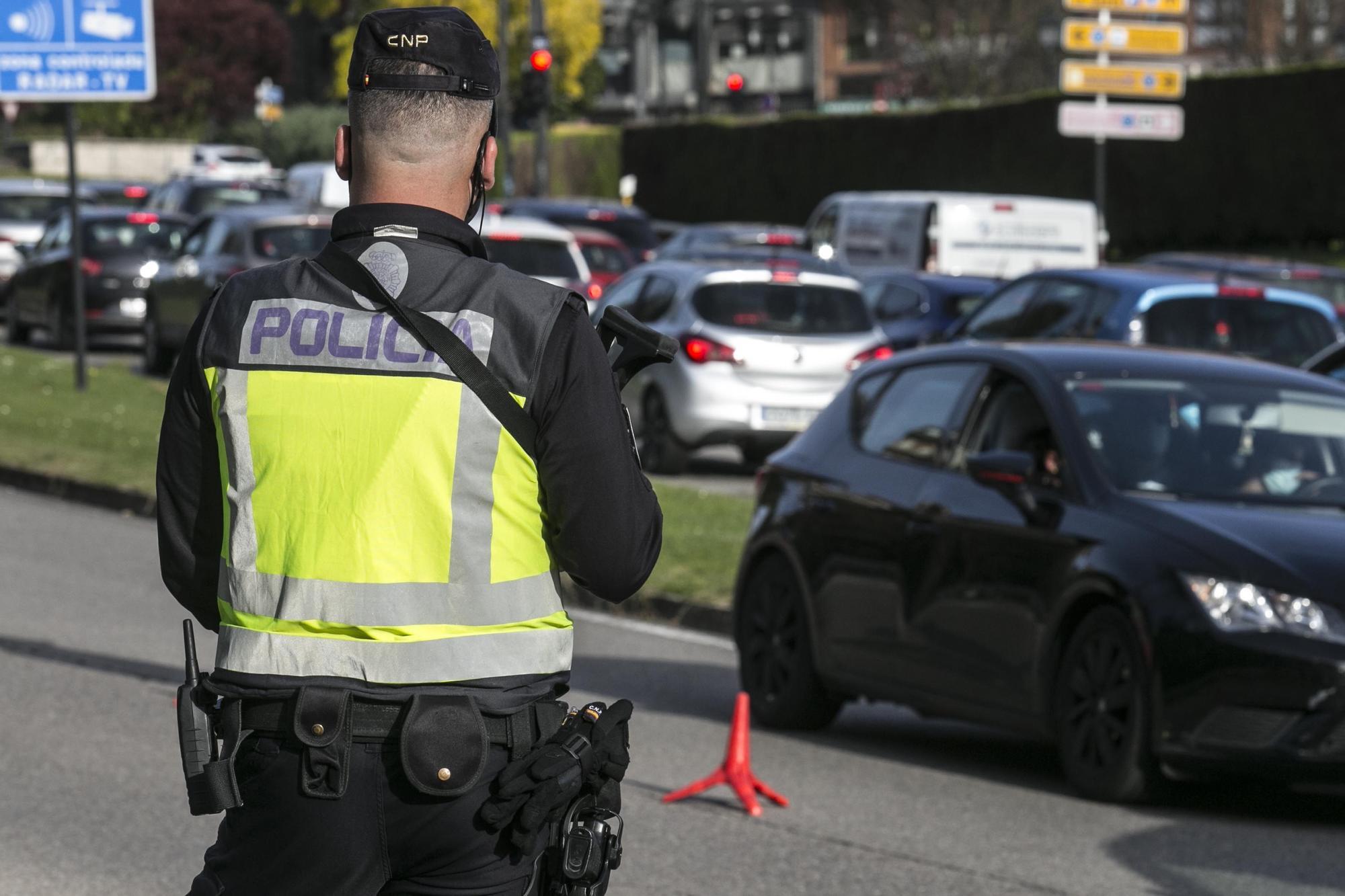 Control de la Policía Nacional en la entrada de Oviedo
