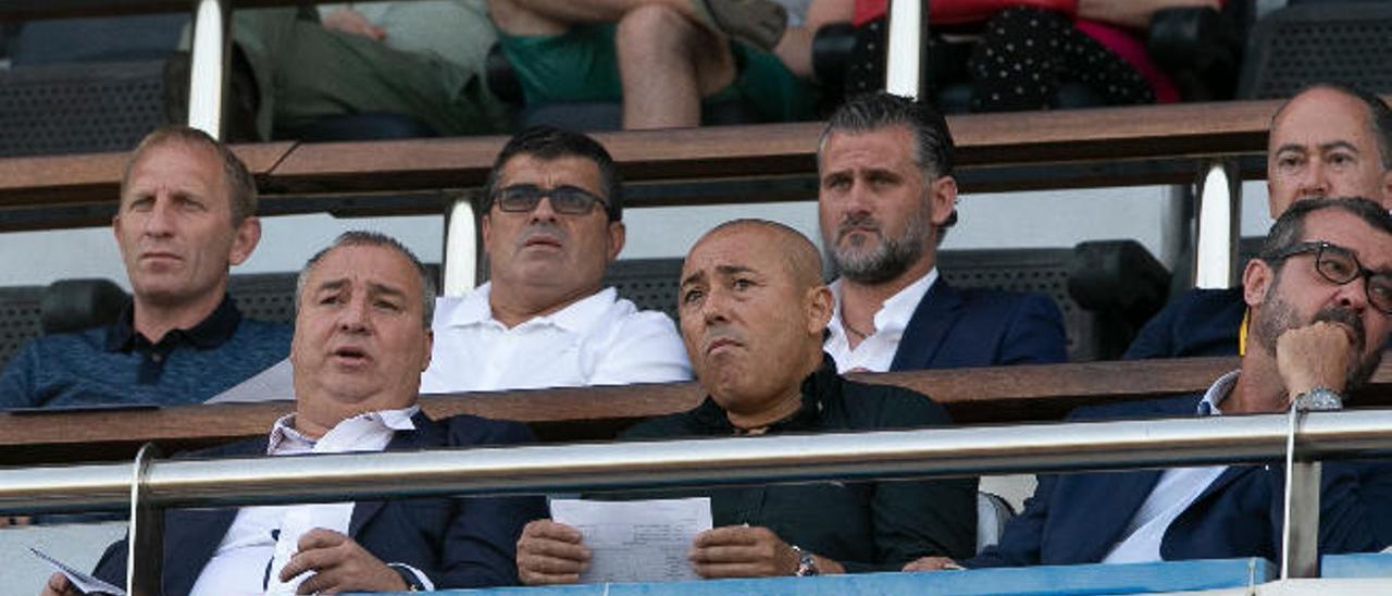 Miguel Ángel Ramírez -1ºi, fila inferior-, junto a Roberto Martel. Arriba, Milovanovic -1ºi, arriba-, Juanito y Toni Otero.