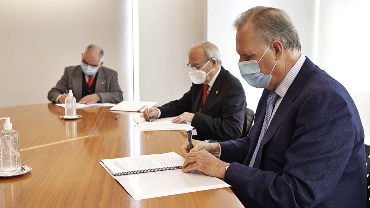 Firma del convenio entre la Fundación Barrié y Cáritas, ayer, en A Coruña.     // L.O.