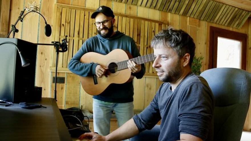 Oques Grasses aposta per l'electrònica i el reggaeton en el seu nou disc «A tope amb la vida»