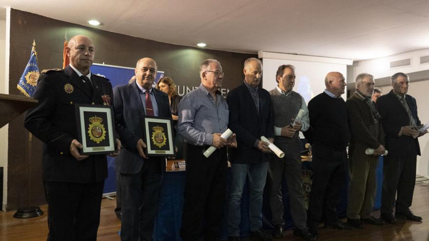 Foto de familia de los policías homenajeados.
