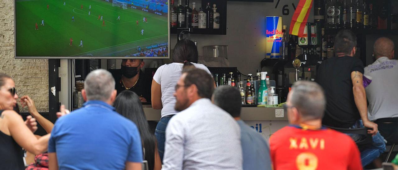 Los locales de restauración de la Plaza Farray se llenaron ayer de consumidores para disfrutar de una tarde de victoria de la selección española en la Eurocopa. | | JUAN CASTRO