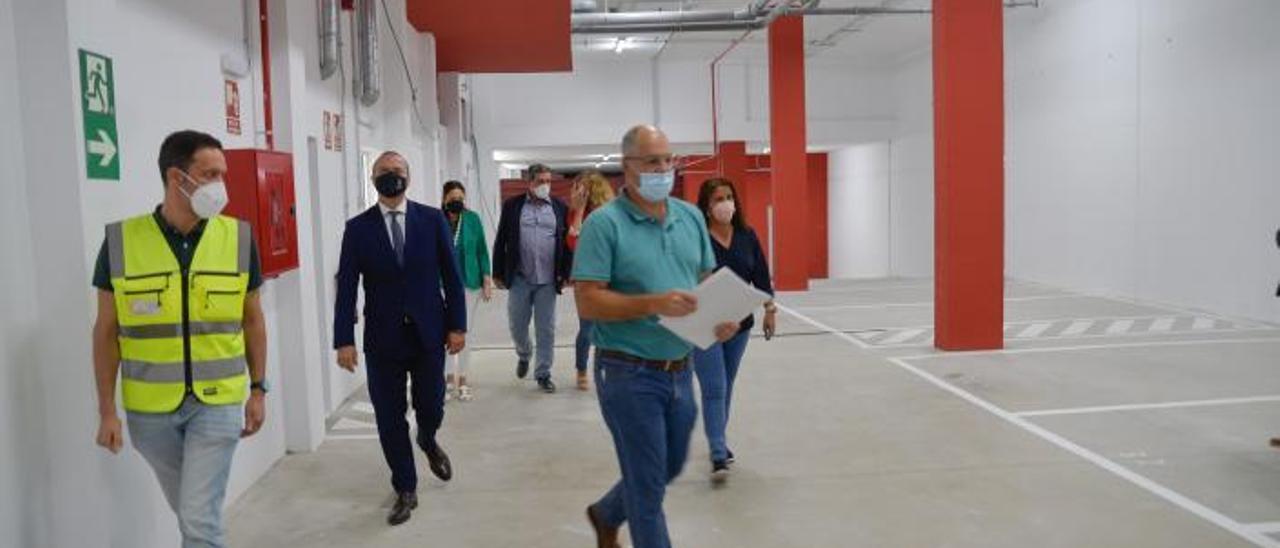 Hidalgo, Santana, Doreste, Mayans y Sanz acompañados de los técnicos de Urbanismo en el penúltimo edificio del ARRU de Tamaraceite.  