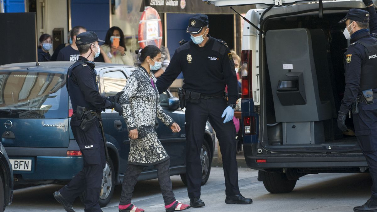 Una de las personas detenidas en A Coruña durante la operación policial