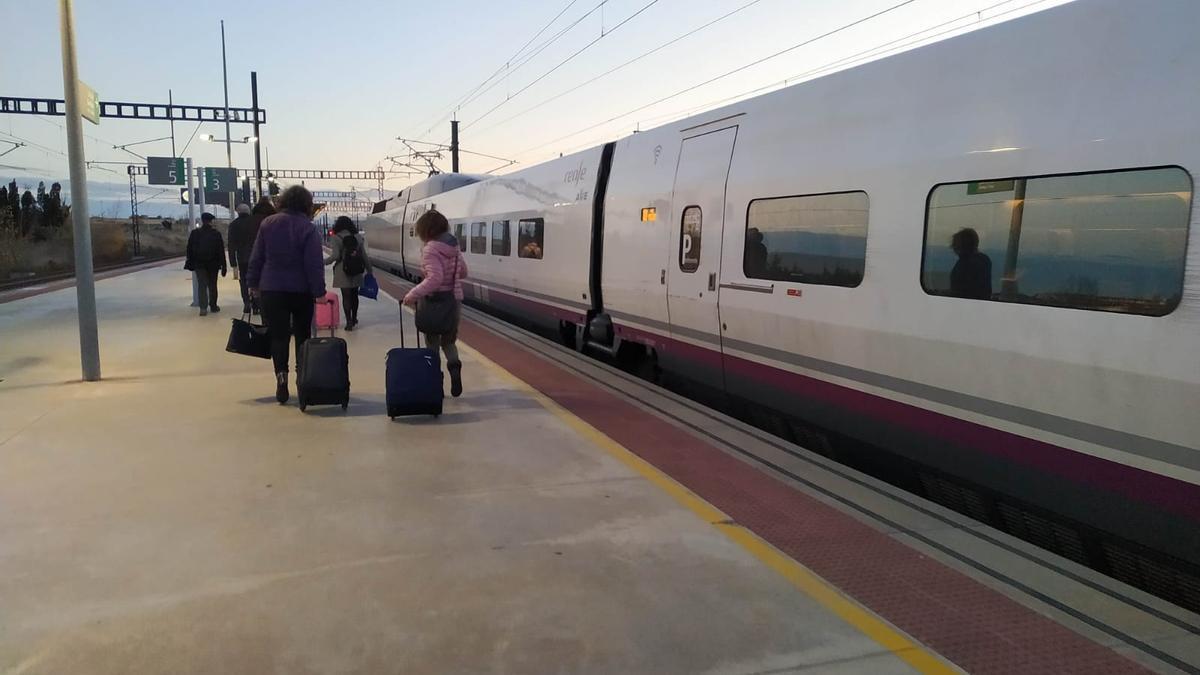 Un dels tres d'alta velocitat a l'estació de Figueres-Vilafant