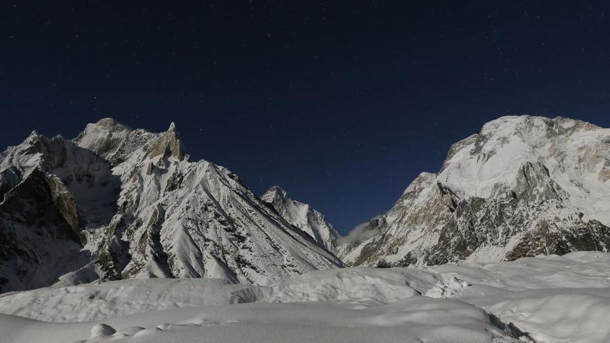 Un grupo de montañeros nepalíes logra la primera ascensión invernal al K2