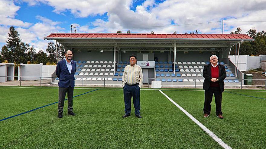 Recuperado el césped artificial del campo de fútbol de As Neves