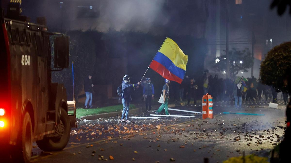 Un manifestante se enfrenta a la Policía en Bogotá.
