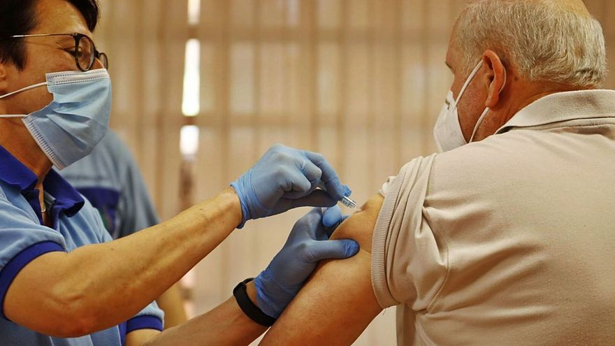 La FOAM exige vacunar a mayores de 60 años con la tercera dosis