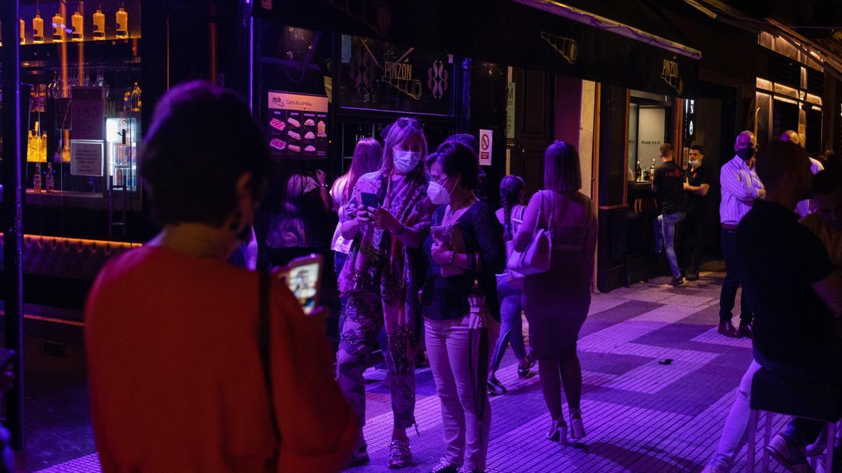 Terrazas de bares de copas en la primera noche sin toque de queda en Sevilla