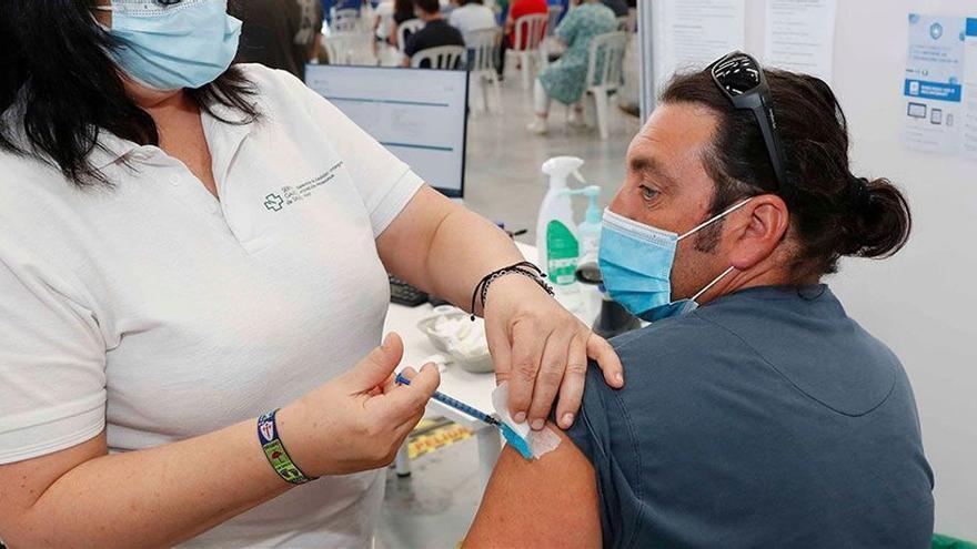 Uno de cada cinco efectos adversos de las vacunas contra la Covid es grave