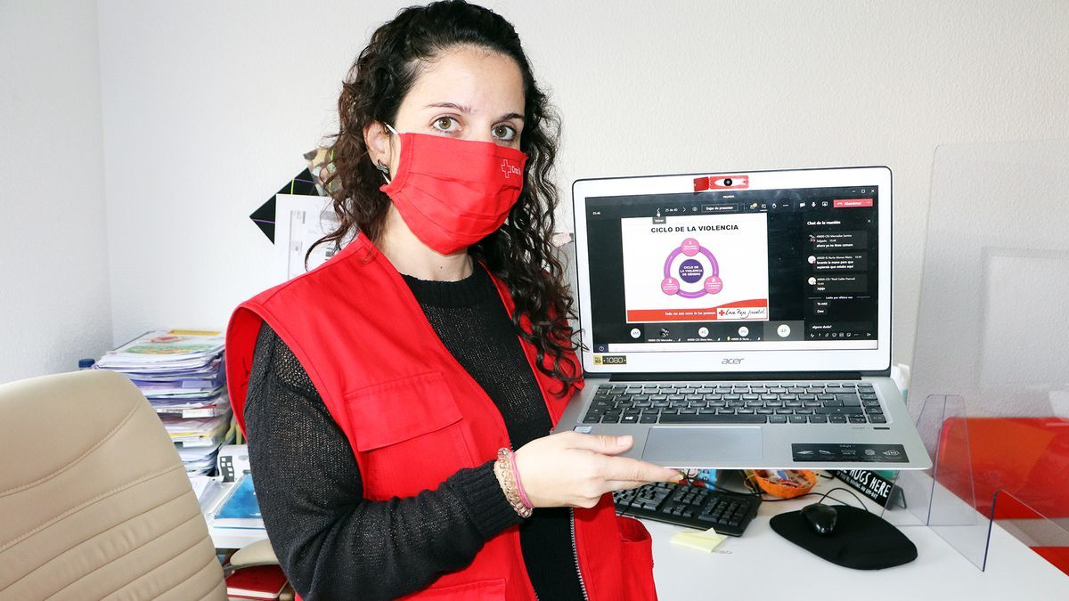 Una trabajadora de Cruz Roja muestra su programa contra la violencia en las aulas de Zamora.