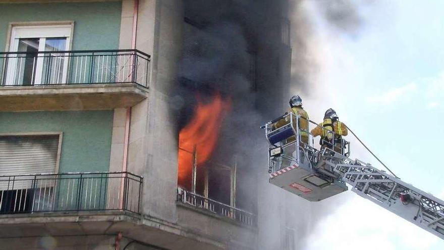La ciudad está sin coche escalera de incendios para el rescate de personas a través de fachada