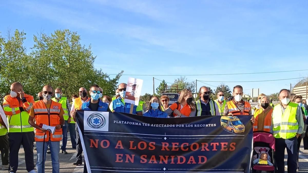 Participantes, con una de las pancartas de la protesta en Valencia de Alcántara.