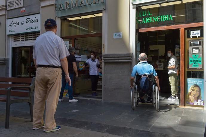 04-05-2020 LAS PALMAS DE GRAN CANARIA. Clientes en  una farmacia de Triana. Fotógrafo: Andrés Cruz    04/05/2020   Fotógrafo: Andrés Cruz