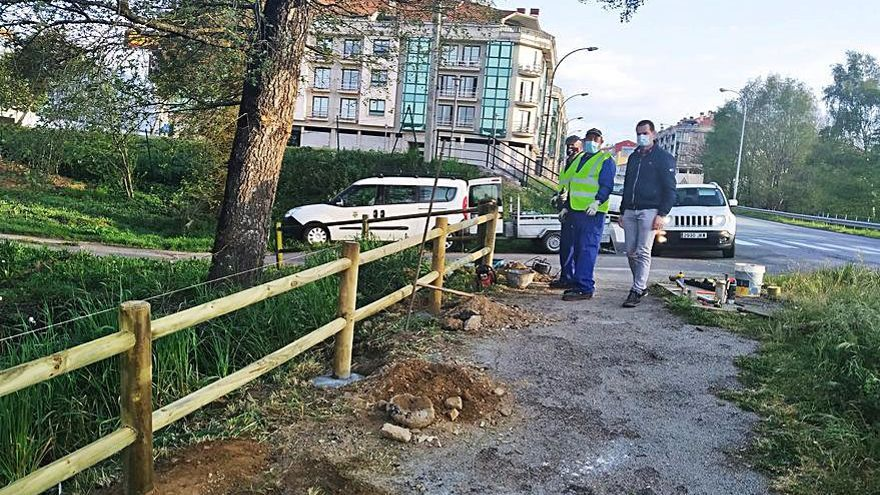 La brigada de obras repone un vallado en el Paseo do Pontiñas