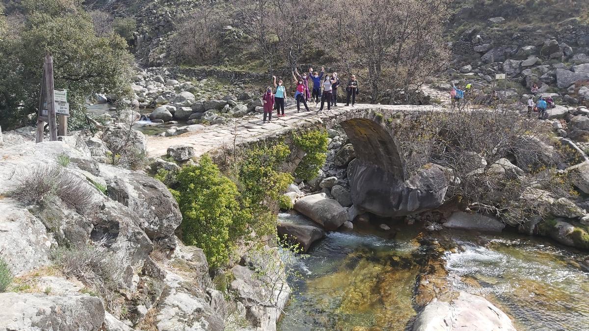 Varias personas hacen una ruta organizada por el centro excursionista moralo.