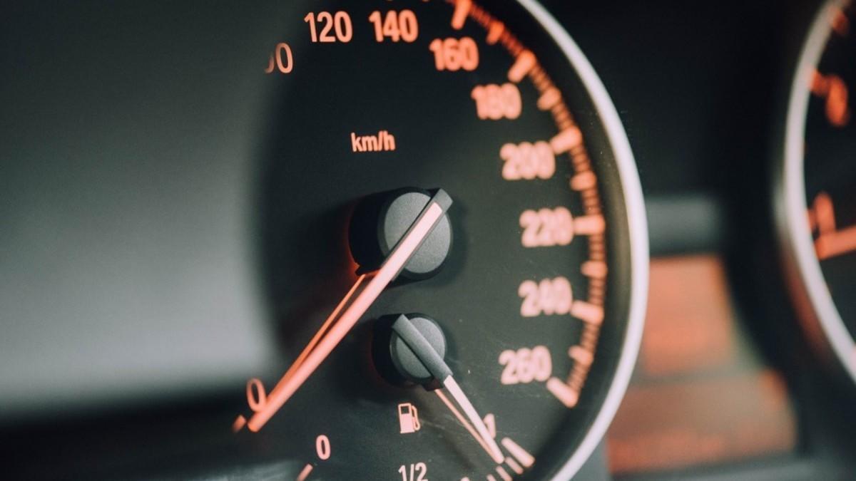 Qué es el limitador de velocidad del coche y cómo funciona